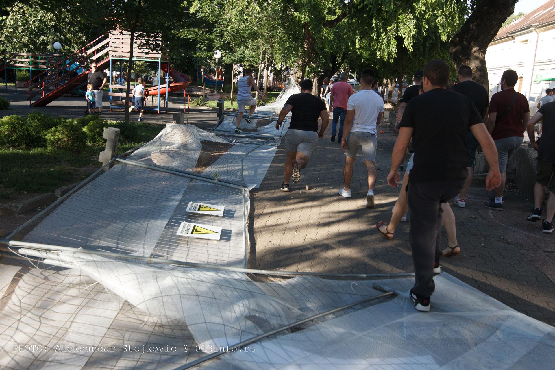 Rušenje ograda u gradskom parku
