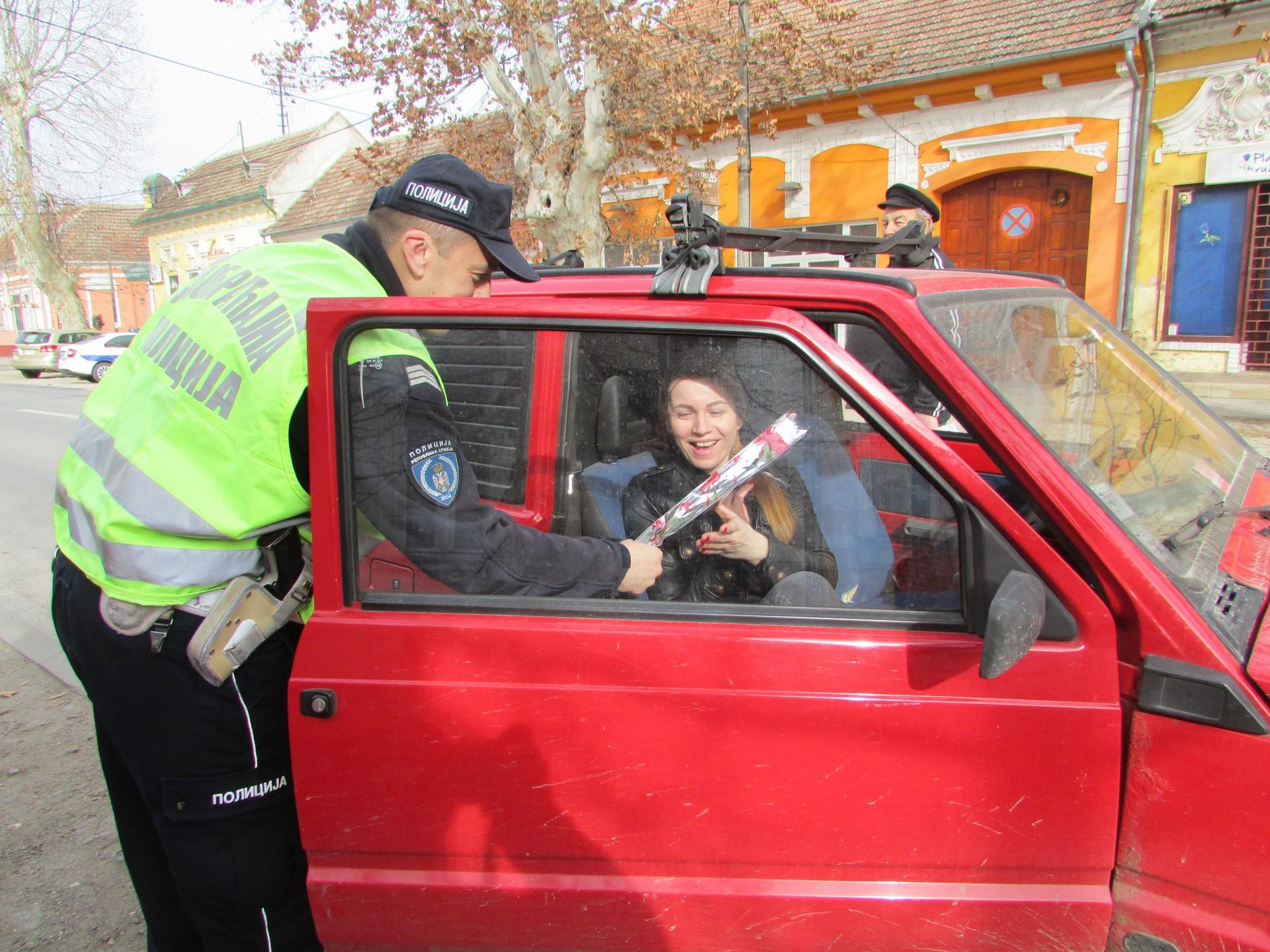 Pančevačka policija poklanja cveće