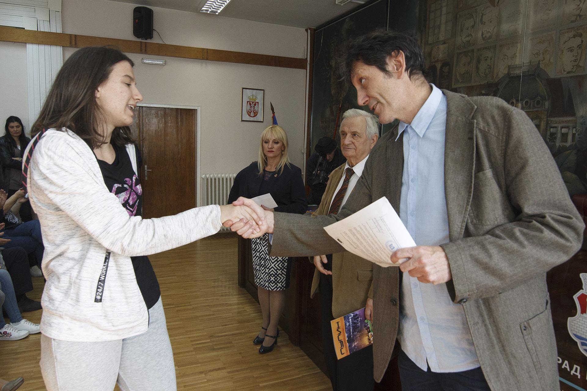 Dragooljub Cucic uručuje nagrade najboljim učenicima Pančeva