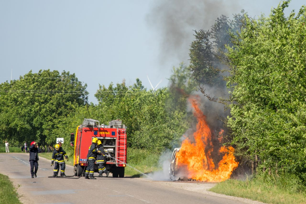 Izgoreo autombil na ulazu u Dolovo