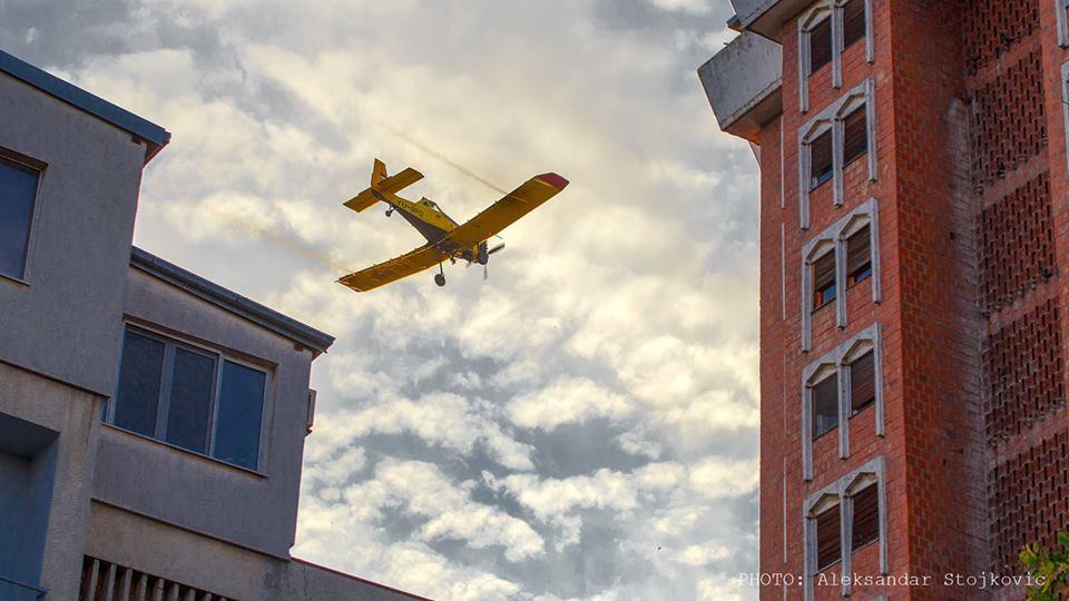 Avion iznad Pančeva zaprašivanje komaraca