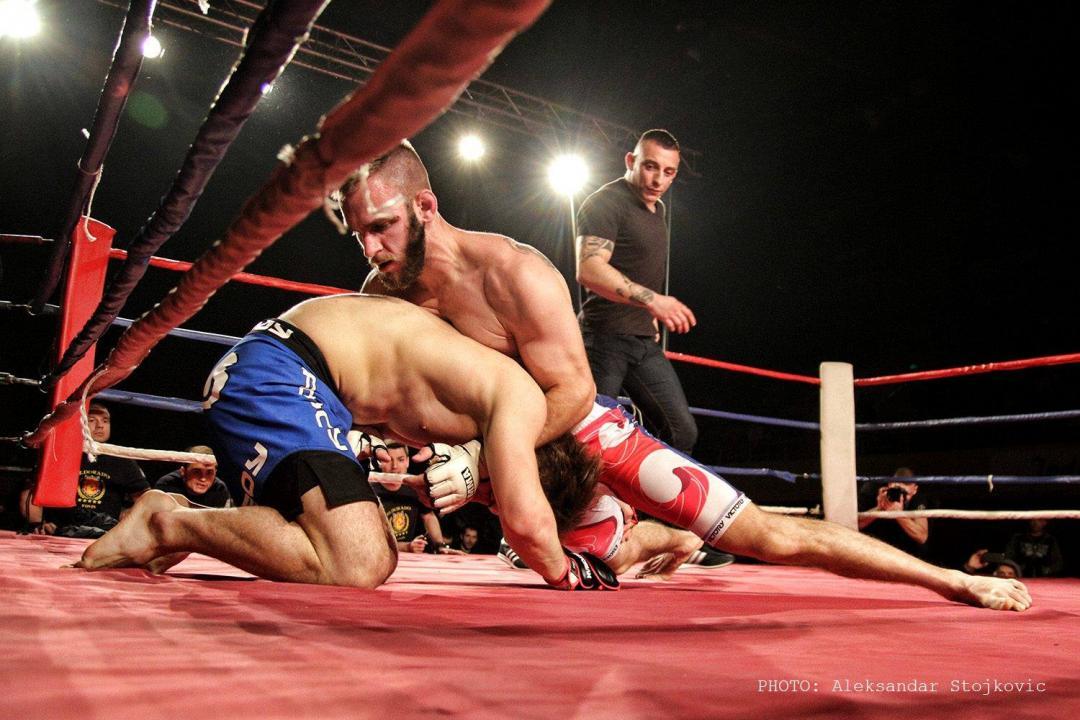 MMA borci u ringu. Marko Radakovic u klinču drži svog protivnika