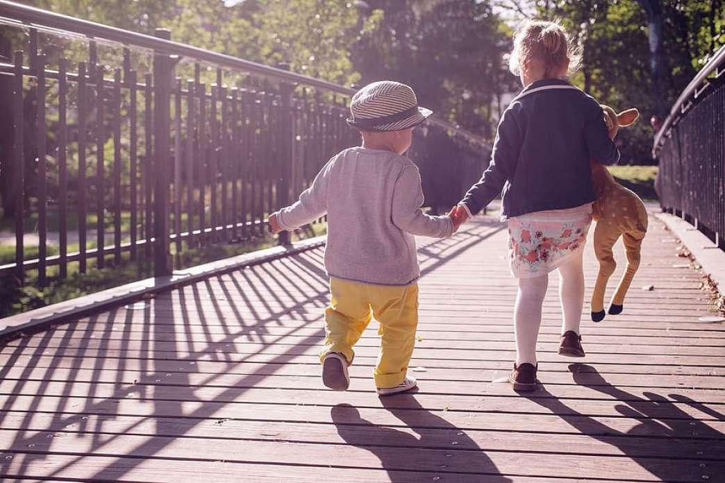 Deca na mostu