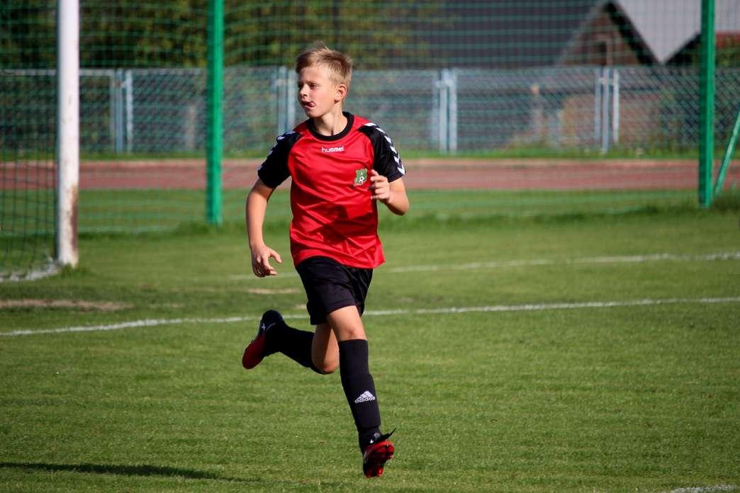 Dečak igra fudbal