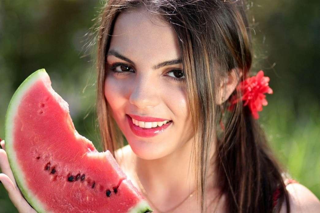 Devojka jede lubenicu