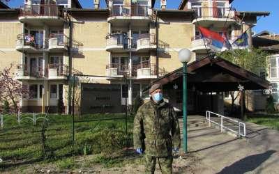 Vojnik ispred Gerontološkog centra
