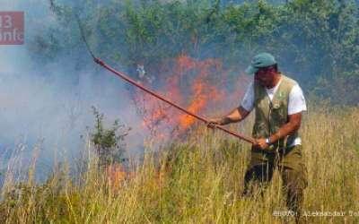 čovek gasi vatru