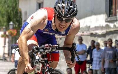 Danilo Jovanović, triatlonac Tamiša vozi bicikl. Grimasa na licu