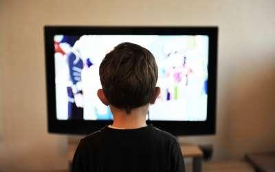Dete ispred televiizora