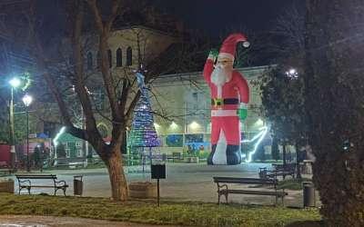 Dolovo Deda Mraz u centru sela