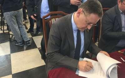 Pavlov potpisuje ugovor