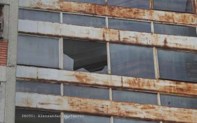 Razbijeno staklo na zgradi