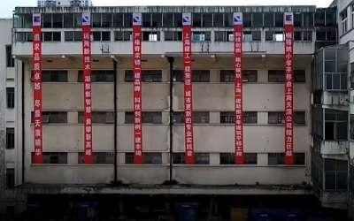 Zgrada škole koju su Kinezi premestili