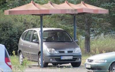 Automobil na autobuskom stajalištu