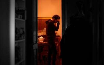 Mlad čovek u kući