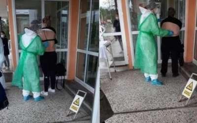 Doktorka pregleda pacijenta napolju