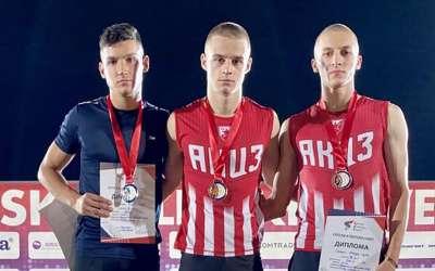 Stefan Mihajlov (u sredini) na postolju