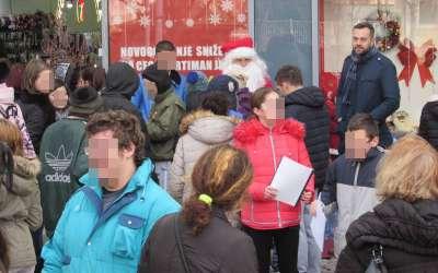 Učenici škole Mara Mandić sa Deda Mrazom
