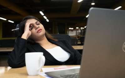 Umorna žena na poslu