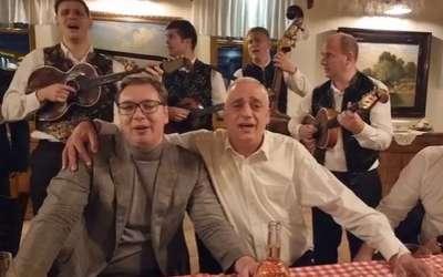 Vučić peva Tamo daleko