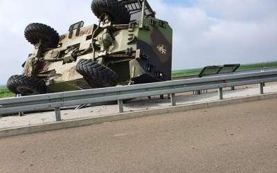 Prevrnuto vojno vozilo
